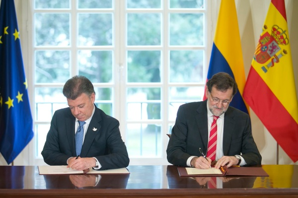 Pres. Mariano Rajoy (Spain) y  Juan Manuel Santos (Colombia), signing an agreement at the Palacio de La Moncloa. Photo Credit: La Moncloa Gobierno de España / Flickr / Creative Commons