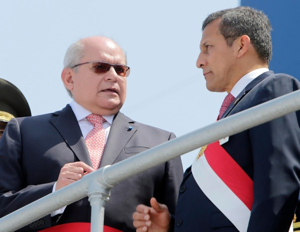 Pedro Cateriano (l) and President Humala Ollanta. Photo Credit: Galería del Ministerio de Defensa de Perú