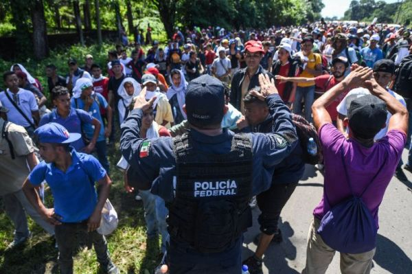 Honduran migrants meet with Mexican police in Chiapas